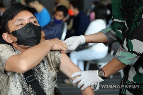 하루에 중국산 백신 2번 맞은 인니 남성, 코로나19 확진 후 사망(종합)