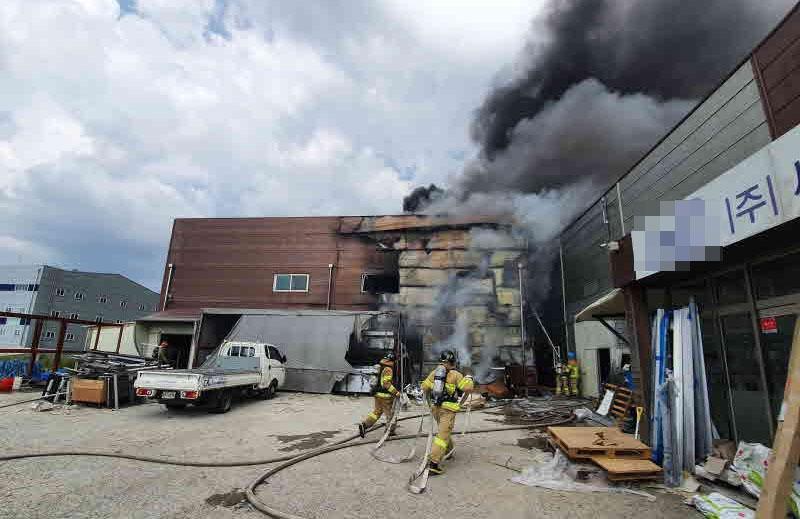 공장화재 진화 중 소방관 2명 부상…불붙은 천장 구조물에 깔려