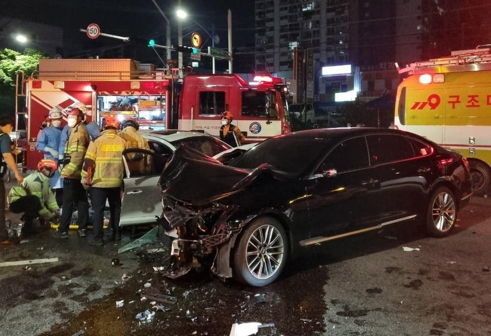 인천 교차로서 K9·SM3·택시 3대 충돌…7명 중경상