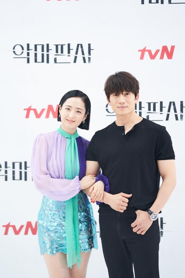 배우 김민정(왼쪽)과 지성이 1일 오후 온라인 생중계된 tvN 새 토일드라마 '악마판사' 제작발표회에 참석했다. /사진제공=tvN