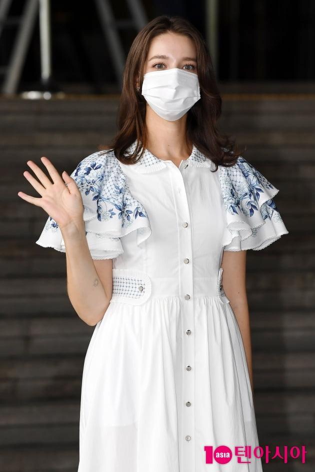 [TEN 포토] 안젤리나 다닐로바 '손 흔드는 인형'