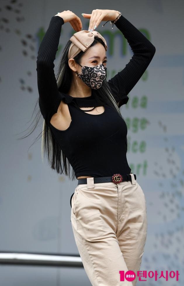 [TEN 포토] 지원이 '포즈장인의 하트'