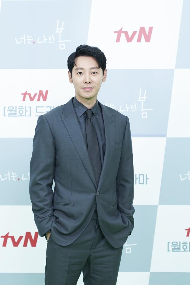 '너는 나의 봄'에서 김동욱은 살아도 사는 게 아닌 사람들을 사는 것처럼 살 수 있게, 죽고 싶은 사람들을 살고 싶게 만들어 주기 위해 정신과 의사가 된 주영도를 연기한다. /사진제공=tvN