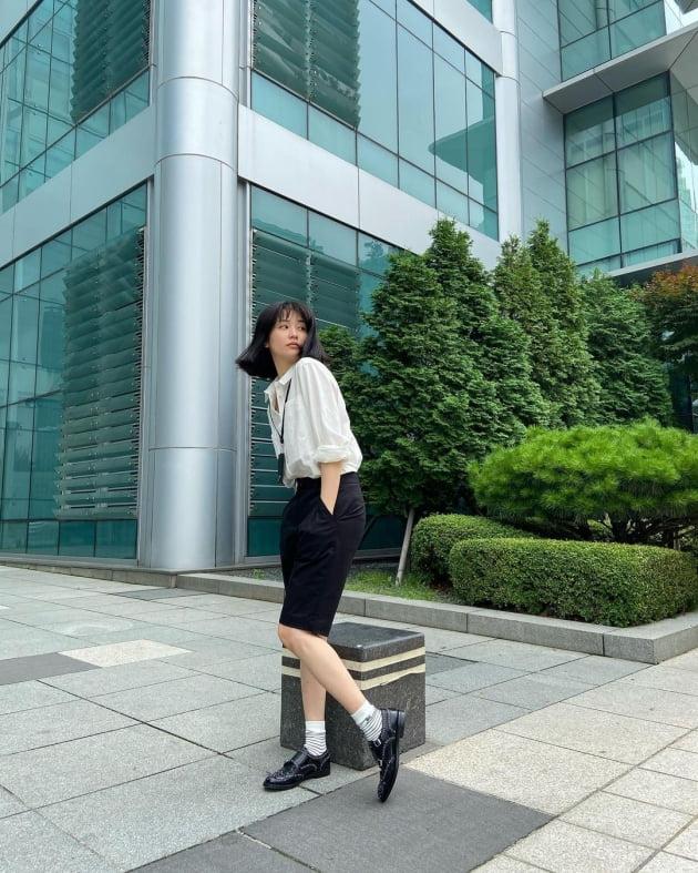 '류수영♥' 박하선, 방송국 앞마당에서 커버모델 포즈 '시크' [TEN★]
