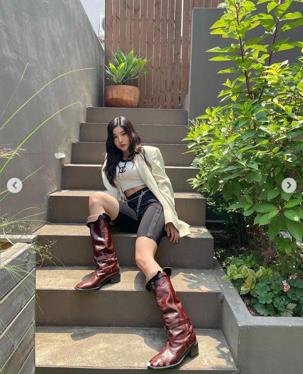 아이즈원 출신 권은비, 러블리 한겹 벗고 손은 배 위에[TEN★]