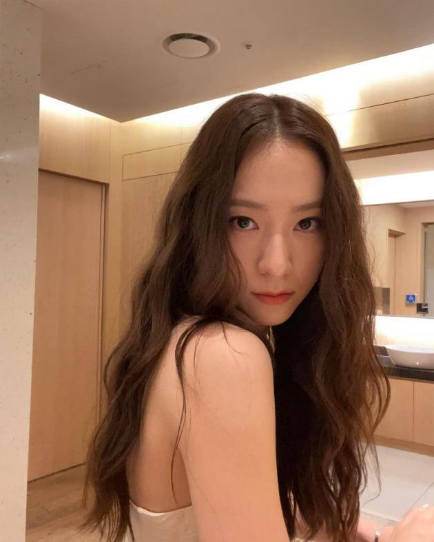 크리스탈, 튜브톱 드레스로 강조한 어깨라인 '우아+세련' [TEN★]