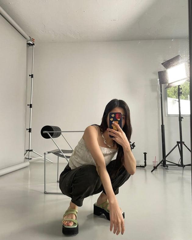 아이즈원 권은비, 티셔츠 대신 스카프 두른 패션 '힙한 트렌드 세터' [TEN★]