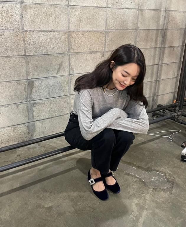 '김우빈♥' 신민아, 럭셔리 진주 목걸이 선물 받고 '보조개 미소' [TEN★]