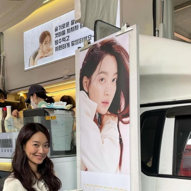 """'김우빈♥' 신민아, """"엄카 찬스""""로 먹은 츄러스…보조개 미소 [TEN★]"""