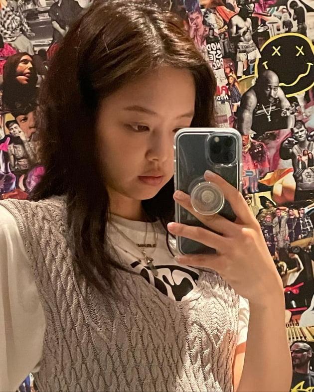 블랙핑크 제니가 입으니 잿빛도 화사해 [TEN★]