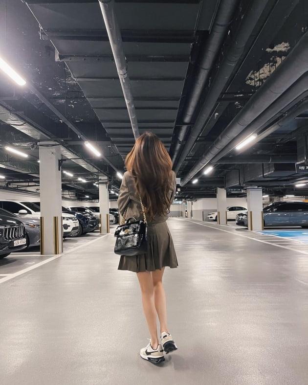 티파니 영, 외제차 늘어선 주차장서 160만원대 가방 들고 '런웨이 턴' [TEN★]