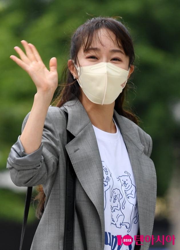 [TEN 포토] 엄지원 '우아한 손인사'