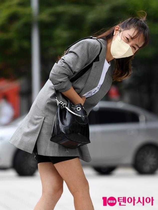[TEN 포토] 엄지원 '예의바른 폴더인사'