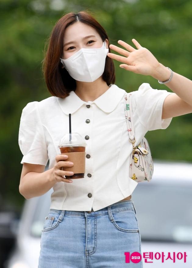 [TEN 포토] 오마이걸 효정 '손 흔드는 인형'
