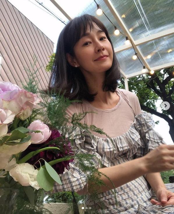'47세' 명세빈, 20대는 못따라할 독보적 우아함...꽃 기죽이는 미모[TEN★]