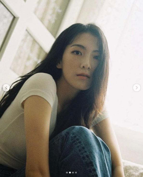 강지영, 흰티에 청바지 입었을 뿐인데...변치 않는 미모[TEN★]