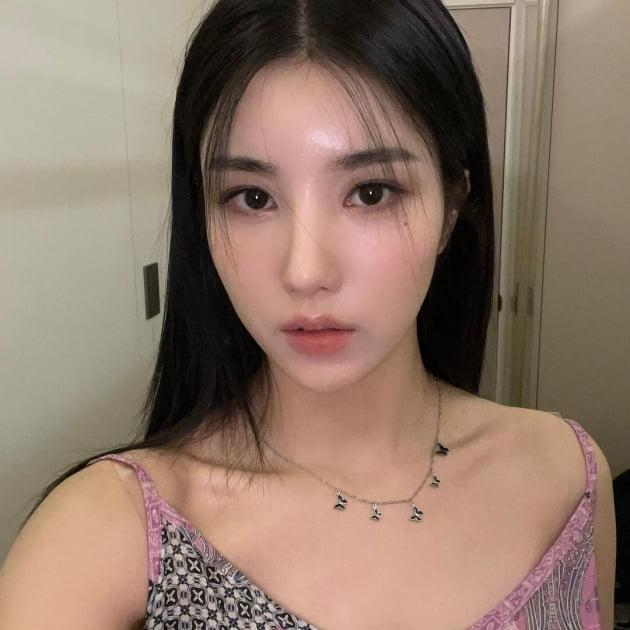 아이즈원 권은비, 나비 목걸이보단 쇄골라인이 확실한 포인트 [TEN★]