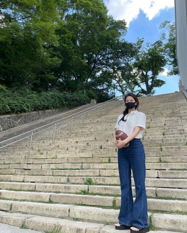 """'전진♥' 류이서, 뙤약볕에도 사진 포기 못하는 셀럽…엘사 머리로 """"남산 공놀이"""" [TEN★]"""