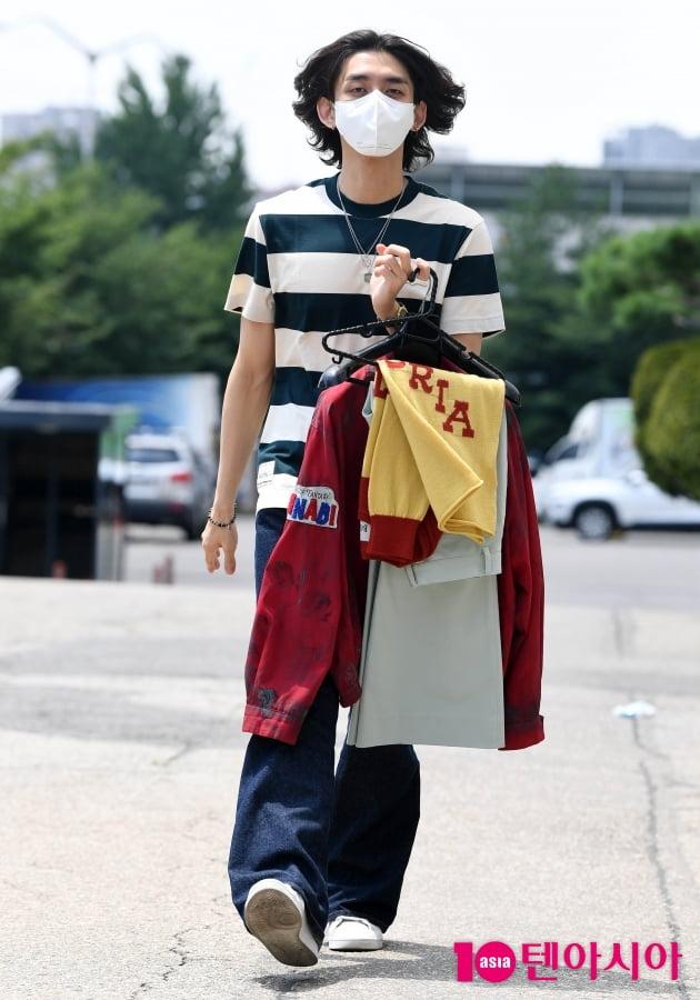 [TEN 포토] 잔나비 최정훈 '무대의상 직접들고 출근중'