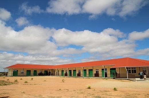 조인성, 뒤늦게 알려진 미담…탄자니아 빈곤 지역에 학교 건립