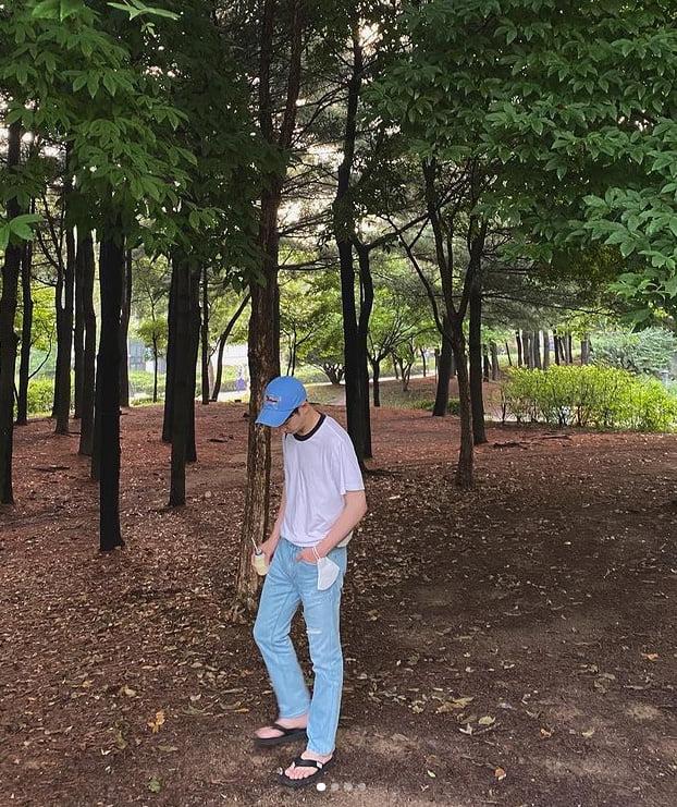 이제훈, 공원을 배경으로 산책중...청바지+흰티 사이로 보이는 전완근[TEN★]