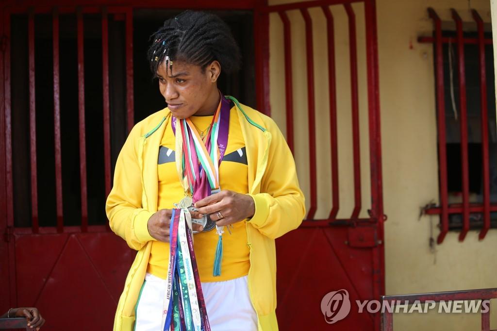 [올림픽] '가난·코로나' 뚫고 도쿄 밟은 기니 여자 레슬러 카마라