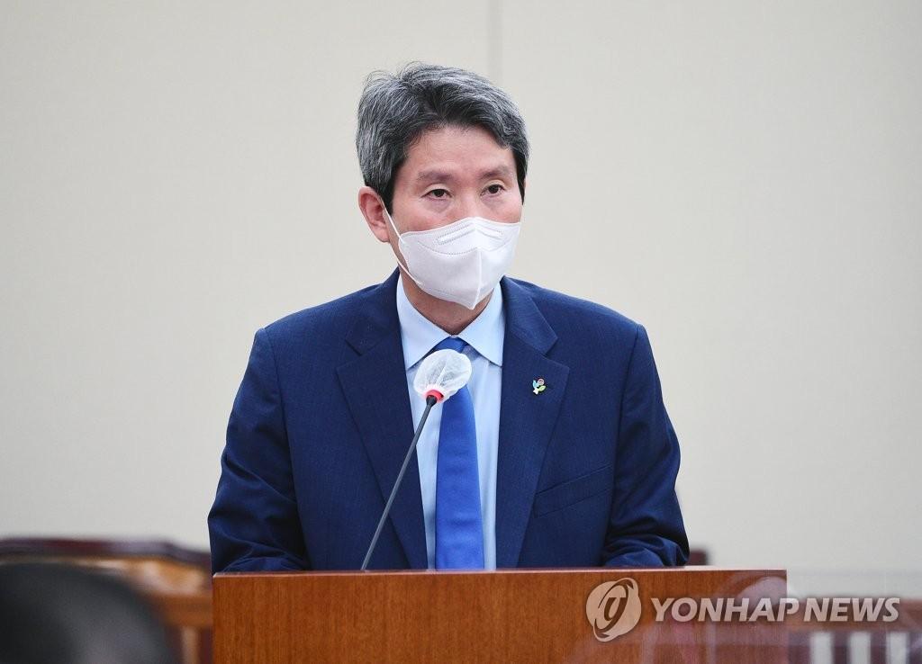 """이인영 """"민간단체 대북 인도물자 반출 승인…오늘부터 재개"""""""