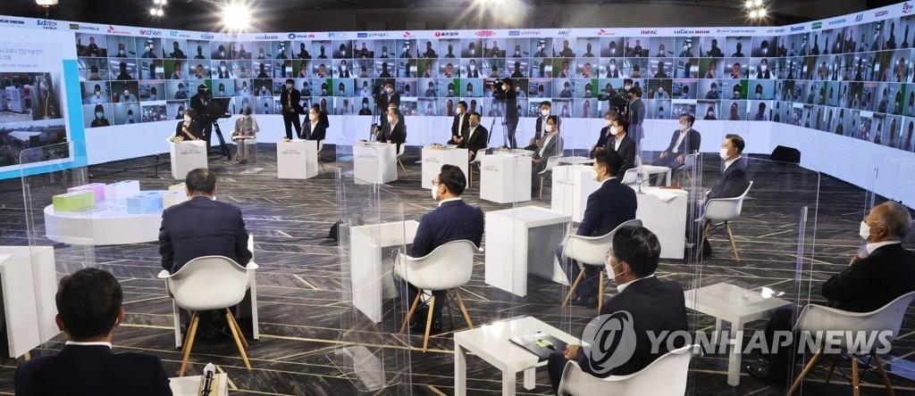 """'소부장 자립' 주역 만난 문대통령 """"기업들 믿는다…지원 확대"""""""