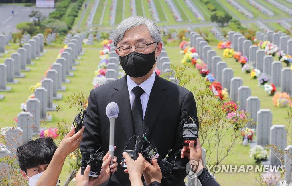 거수경례부터 차별화…'尹 대안' 프레임 깨는 최재형