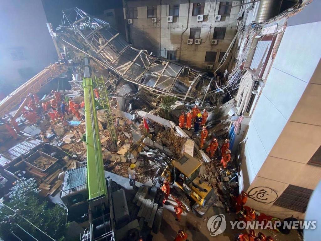 순식간 '폭삭' 중국 호텔붕괴 참사…알고보니 불법 개조(종합2보)