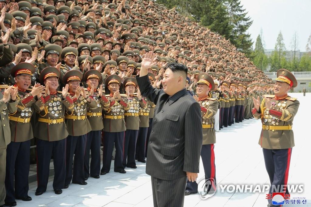 김정은, 안팎 도전에 대응 속 '군심 다지기' 주목