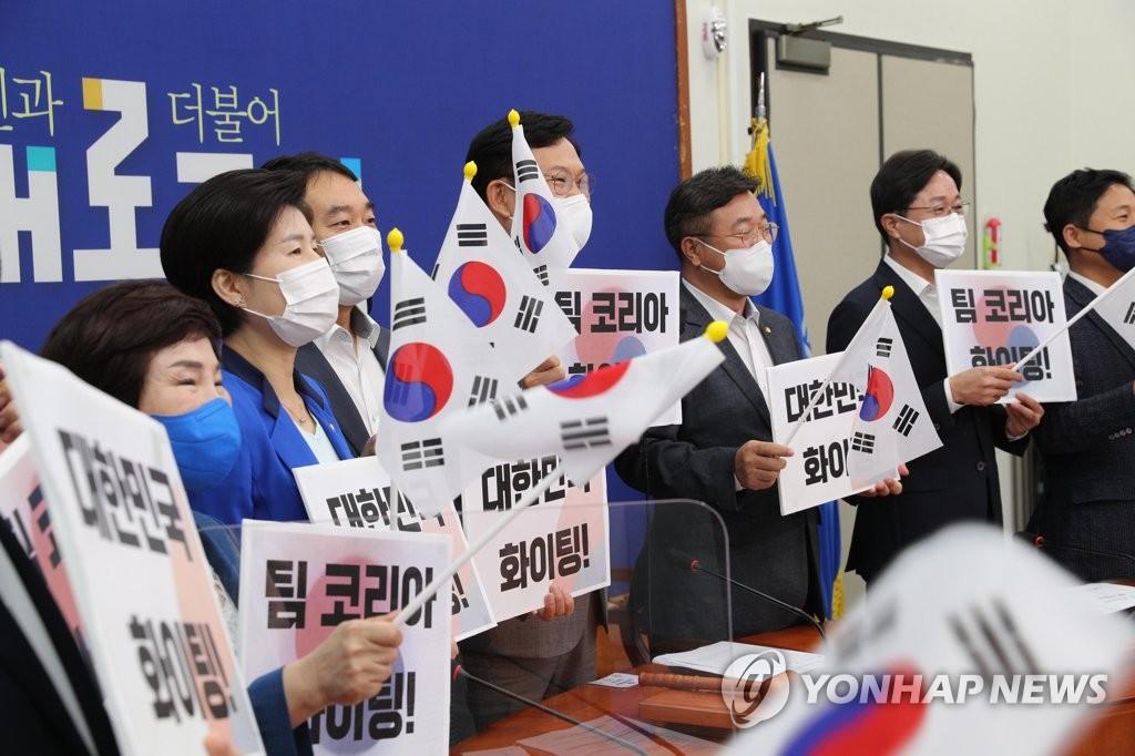 """민주, 尹 입당에 """"탄핵 지휘자가 살려고 독재에 투항""""(종합)"""