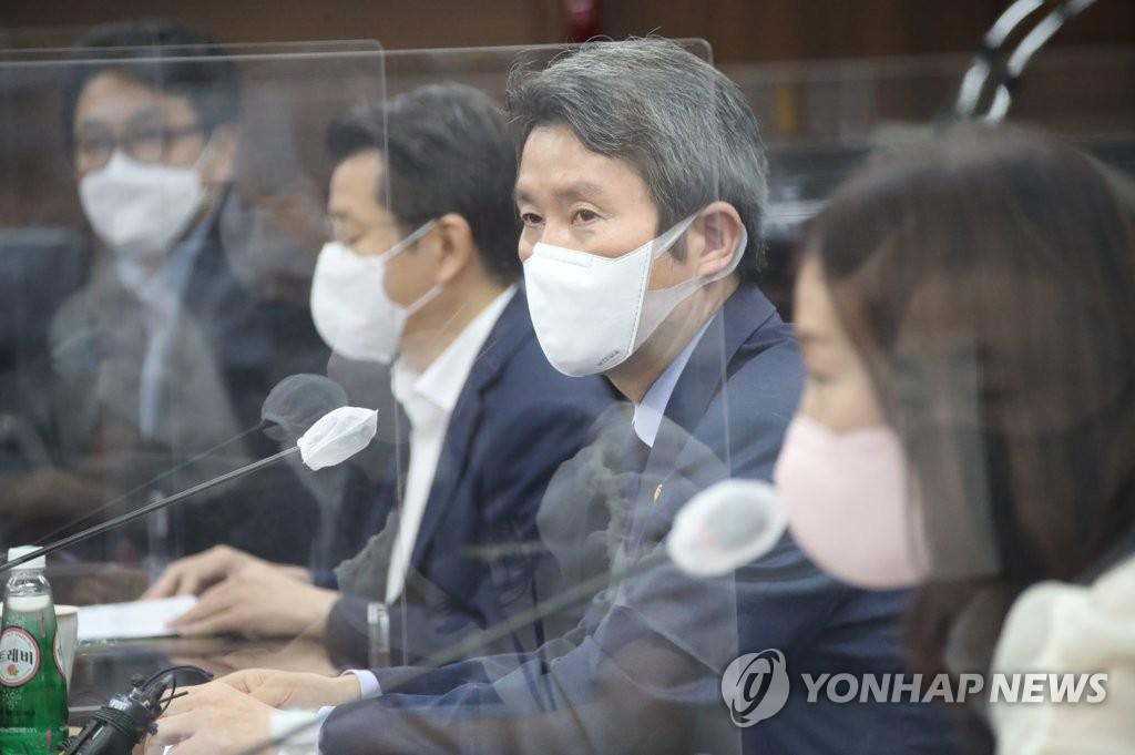 """이인영 """"北 보건·영양물품 시급""""…대북 인도물자 반출 2건 승인(종합)"""