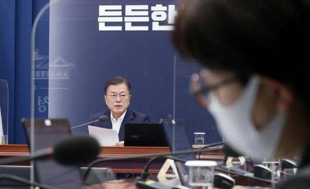 문 대통령 발언 듣는 기모란 방역기획관 (사진=연합뉴스)