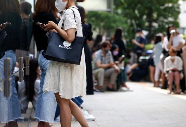 29일 오전 서울 소공동 롯데백화점 본점 앞에서 샤넬 매장을 찾은 고객들이 줄을 서 있는 모습. 기사와는 직접적인 관계 없음. 사진=연합뉴스