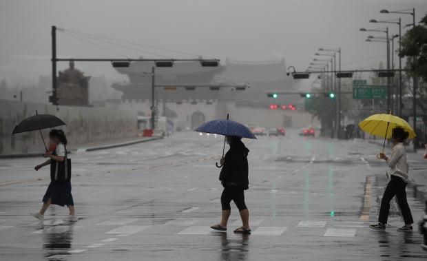 우산을 쓴 시민들이 서울 광화문 사거리를 지나고 있다. 사진=연합뉴스