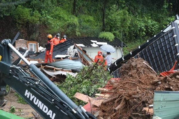 6일 오전 전남 광양시 진상면의 한 마을에서 산사태로 주택이 매몰돼 구조작업이 진행중이다. 이날 사고로 주택에 있던 80대가 실종돼 구조작업을 벌이고 있다./ 사진=연합뉴스