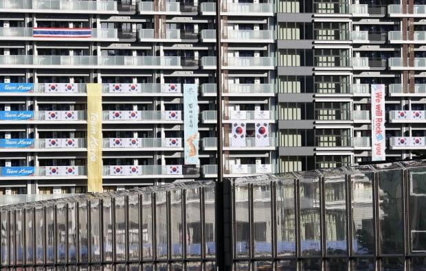 18일 오후 도쿄 하루미 지역 올림픽선수촌 한국 선수단 숙소동에 응원 현수막이 걸려 있다. /사진=연합뉴스