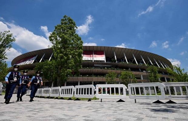 일본 도쿄 신주쿠에 있는 올림픽 주경기장(메인스타디움)인 국립경기장 주변을 경찰이 순찰하고 있다. 사진=AFP