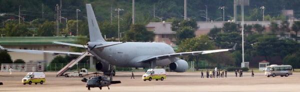 지난 20일 오후 서울공항에서 공군 다목적 공중급유수송기(KC-330)로 도착한 청해부대 34진 문무대왕함(4천400t급)의 장병들을 실은 구급차들이 공항을 빠져나가고 있다. / 사진=연합뉴스