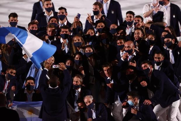 지난 23일 일본 도쿄 신주쿠 국립경기장에서 열린 2020 도쿄올림픽 개막식에서 아르헨티나 선수단이 입장한 뒤 사진을 찍고 있다. /사진=연합뉴스