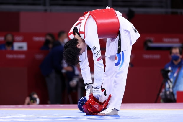 장준이 24일 도쿄 마쿠하리 메세 A홀에서 열린 도쿄올림픽 남자 태권도 58㎏급 준결승에서 튀니지 칼릴에게 패한 뒤 아쉬워하고 있다. /사진=연합뉴스