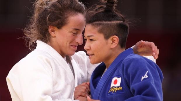 도쿄올림픽에서 경기를 마친 선수들이 서로를 격려하기 위해 포옹하고 있다. 사진=REUTERS