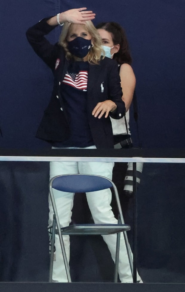 지난 24일 일본 도쿄 아쿠아틱스 센터에서 열린 수영 경기에서 미국 수영대표팀을 응원하러 온 조 바이든 미국 대통령의 부인 질 바이든 여사 /사진=연합뉴스