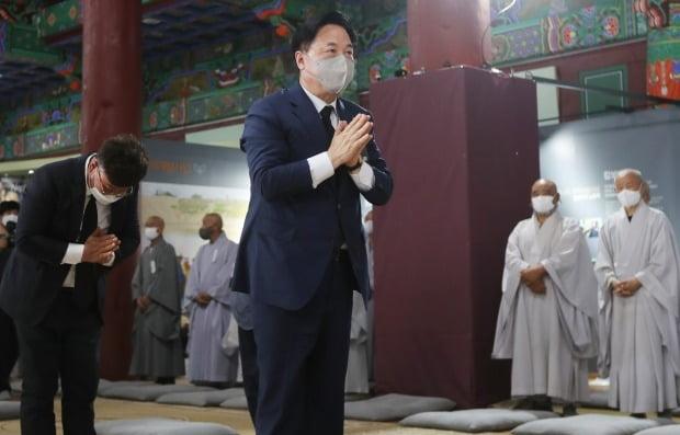 더불어민주당 대선 주자인 김두관 의원이 지난 25일 전북 김제시 금산사에 마련된 대한불교조계종 전 총무원장 월주(月珠)스님 분향소에서 조문하고 있다. /사진=연합뉴스