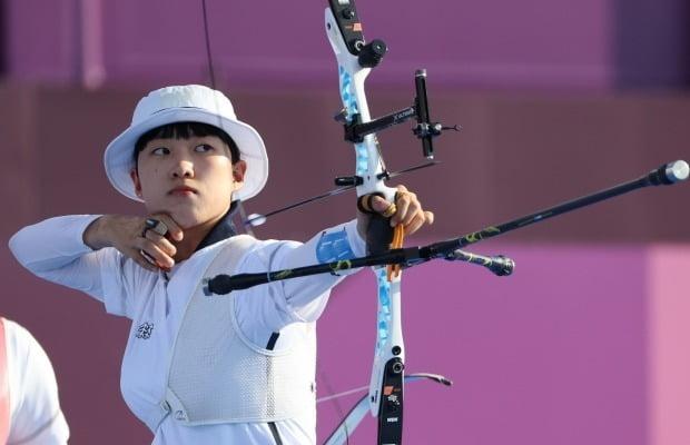 25일 일본 도쿄 유메노시마 공원 양궁장에서 열린 양궁 여자단체전 결승전에서 안산이 활시위를 당기고 있다. 사진=연합뉴스