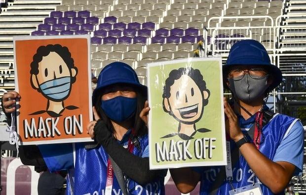 도쿄올림픽에서는 진행요원들이 시상대에 서는 선수들에게 마스크를 벗으라는 신호를 보낸다. 사진=REUTERS