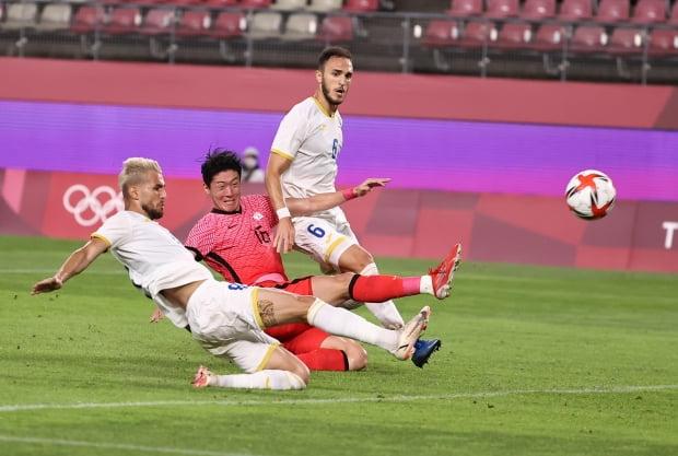 25일 오후 이바라키 가시마 스타디움에서 열린 도쿄올림픽 남자축구 조별리그 B조 2차전 대한민국 대 루마니아 경기에서 이동경의 크로스를 루마니아 수비수가 자책골을 넣고 있다. /사진=연합뉴스