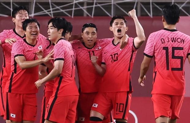25일 오후 이바라키 가시마 스타디움에서 열린 도쿄올림픽 남자축구 조별리그 B조 2차전 대한민국 대 루마니아 경기 후반전에 추가골을 넣은 이동경(10)이 동료들과 함께 기뻐하고 있다. /사진=연합뉴스