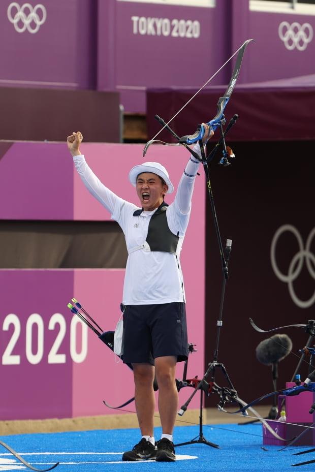 26일 일본 유메노시마 공원 양궁장에서 열린 도쿄올림픽 남자 단체전 결승에서 2관왕에 등극한 김제덕이 우승을 확정한 뒤 환호하고 있다. /사진=연합뉴스